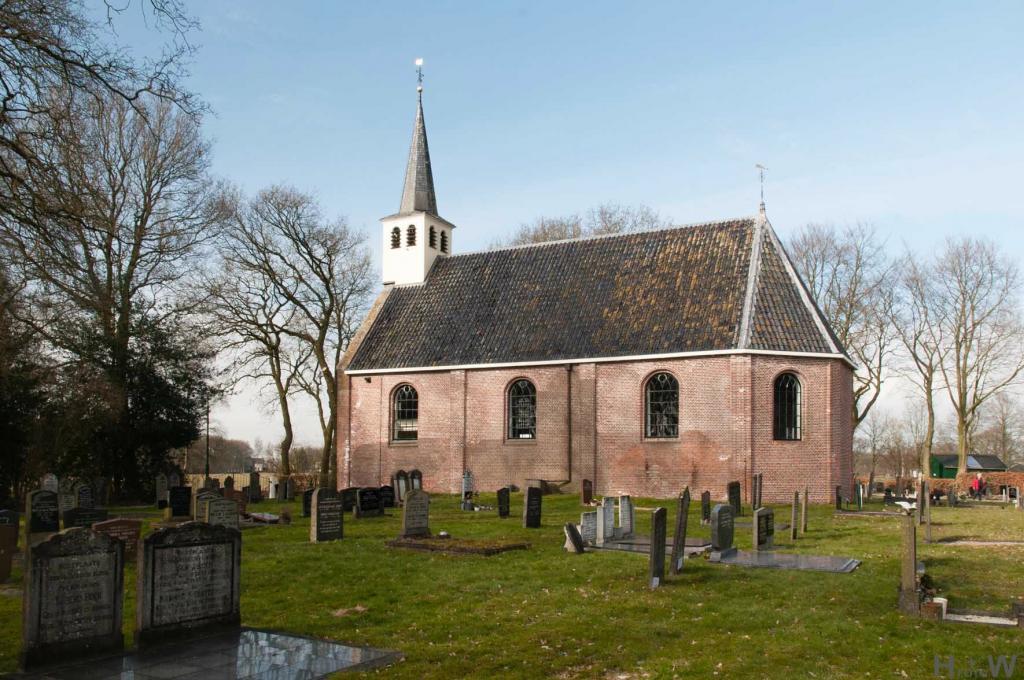 Friese kerk met oude grafmonumenten