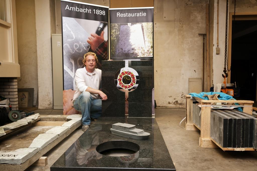 Guy Troupin in atelier met grafstenen