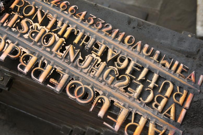 Brons gieten voor letters grafsteen